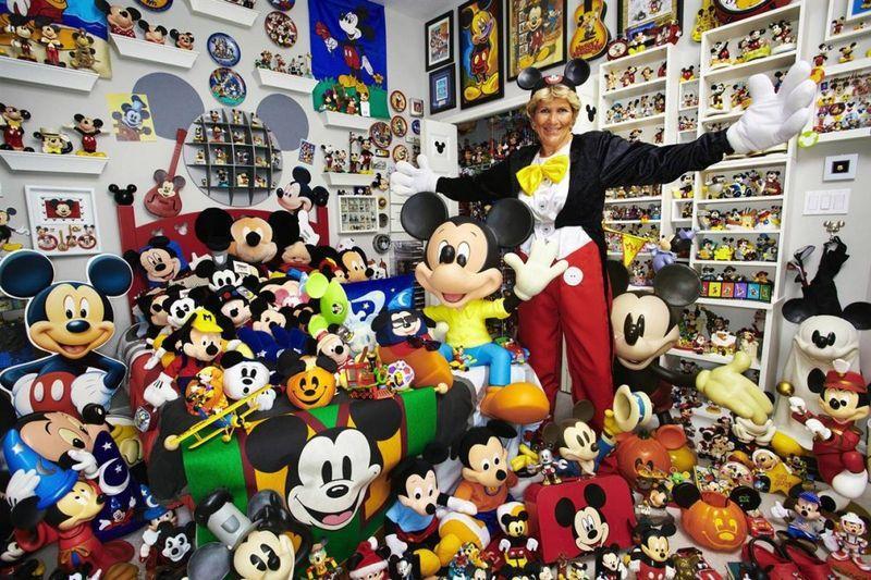 Джанет Эстевес (из США) собрала самую большую коллекцию предметов с Микки Маусом – в ней 2760 различных вещей – на момент 11 декабря 2008 года. Коллекция собиралась с 1960 года. (Paul Michael Hughes / Guinness World Record
