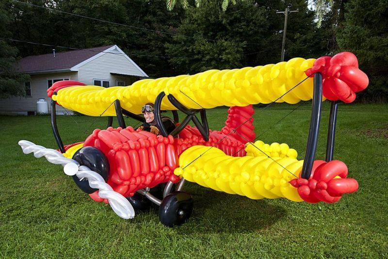 Джон Кэссиди создал самую большую модель самолета из воздушных шариков. (Richard Bradbury / Guinness World Records)