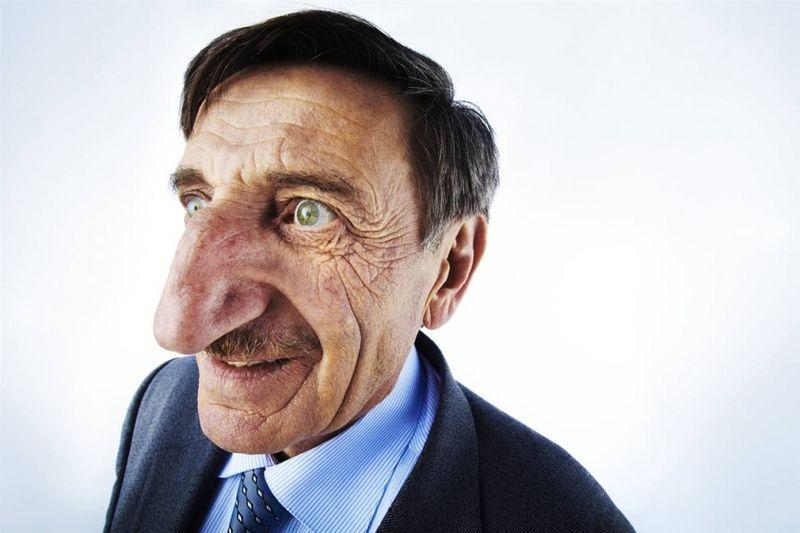 Самый длинный нос в мире – 8,8 см от лба до кончика – принадлежит Мехмету Озуреку (из Турции). Нос измеряли на съемках программы «Lo Show dei Record» в Риме 18 марта 2010 года. (Paul Michael Hughes / Guinness World Records)