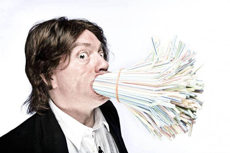 Самое большое количество трубочек, которое когда-либо засовывали в рот – 400. Это сделал Симон Элмор из Германии, который продержал их 10 секунд на съемках шоу «Mark 'n' Simon Show» в Соллхубене, Бавария, 6 августа 2009 года. (John Wright / Guinness World Records)